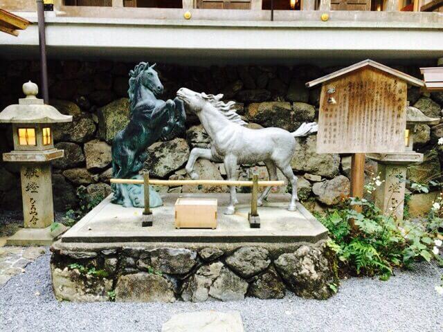 貴船神社黒馬と白馬